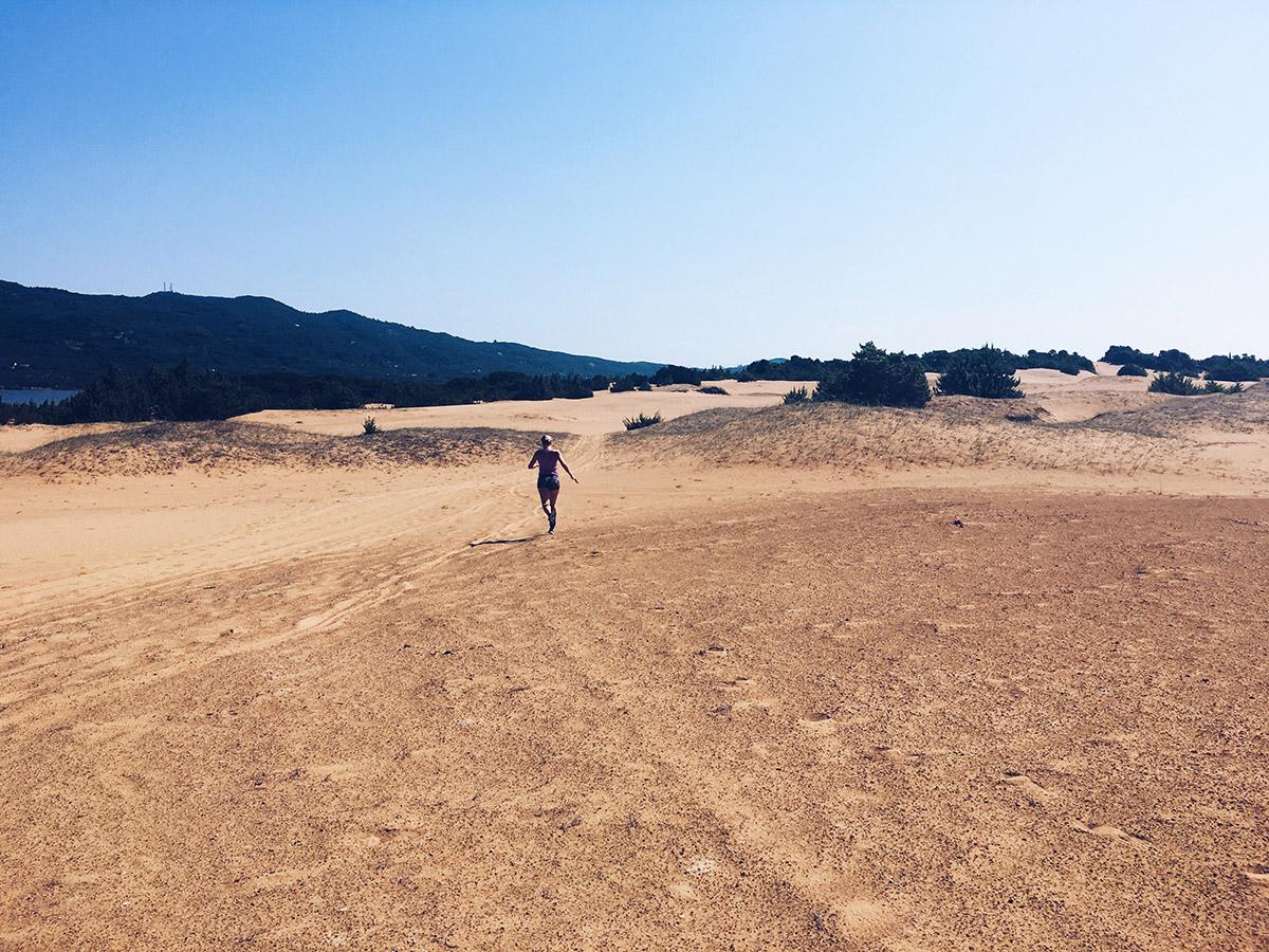 Door het losse zand in de Griekse duinen